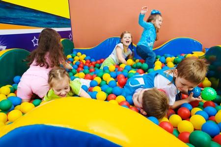 Alegres niños jugando en la piscina con bolas de coloridos  Foto de archivo - 7433216
