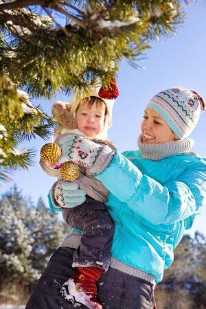 christmas deco: Mam� decorar el �rbol de Navidad con su hija