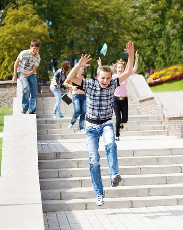 hombres corriendo: Estudiantes de secundaria corriendo escaleras  Foto de archivo