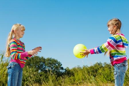 coger: Dos ni�os jugando el bal�n