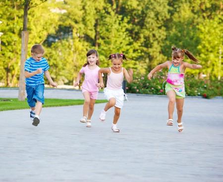 ni�os jugando en el parque: Alegr�a de ni�os en competici�n  Foto de archivo