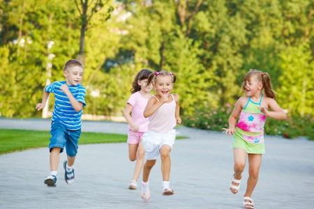 ni�os jugando parque: Grupo de ni�os en edad preescolar emocionados que ejecutan