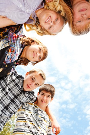 jugendliche gruppe: Teens Gruppe umarmen
