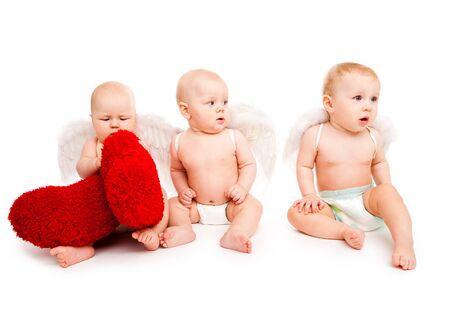 angeles bebe: Tres �ngeles de beb� con corazones rojos  Foto de archivo