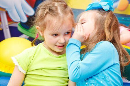 ni�os hablando: Ni�as de edad preescolares chismoso
