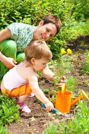 Du mère et enfant fille jardinage du printemps