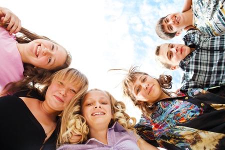 escuelas: Empresa de adolescentes emocionados abrazos Foto de archivo