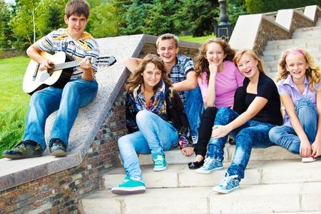 adolescentes riendo: Adolescentes alegres sentado en la escalera  Foto de archivo