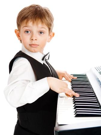 prodigio: Preschoool boy suonare il pianoforte, isolato