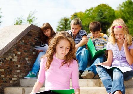 adolescentes estudiando: Estudiantes de escuela secundaria que se estudian en el exterior