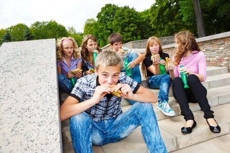 estudiantes de secundaria: Estudiantes de secundaria con comida r�pida