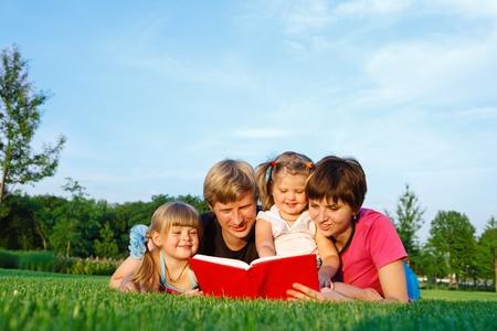papa y mama: Leyendo un libro a sus hijas de padres