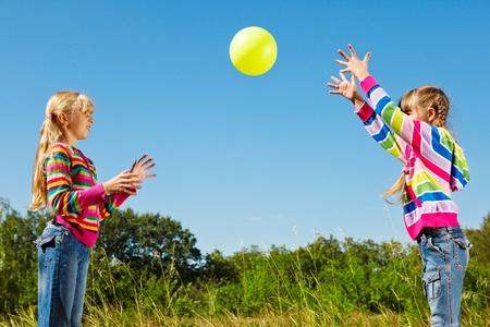 gevangen: Twee meisjes spelen met de bal