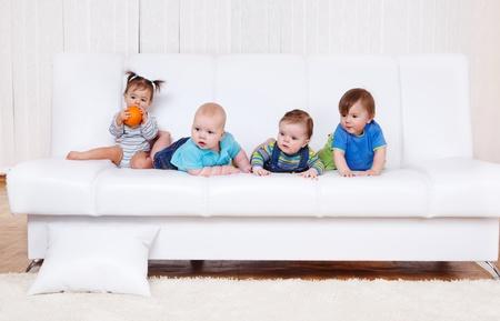 Cuatro amigos de niño en el sofá