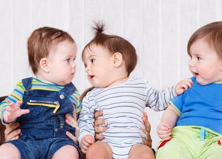 gente comunicandose: Tres beb�s comunicaci�n Foto de archivo