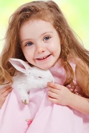 lapin blanc: Portrait d'une jeune fille d'�ge pr�scolaire tenant lapin blanc