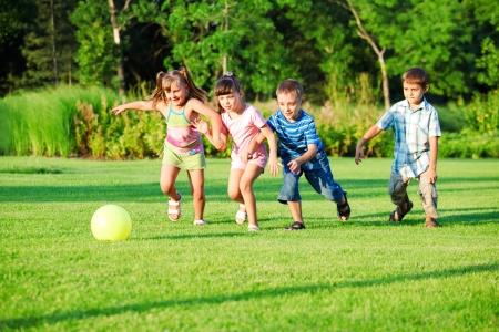 Kinderen groep spelen met de bal in de achtertuin