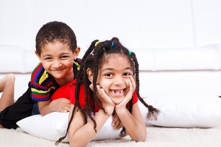 ni�os africanos: Dos ni�os riendo se encuentran en el piso Foto de archivo