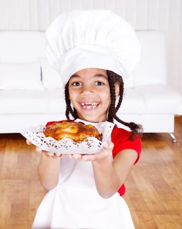 szarlotka: WesoÅ'a dziewczyna Afroamerykanin gospodarstwa apple pie Zdjęcie Seryjne