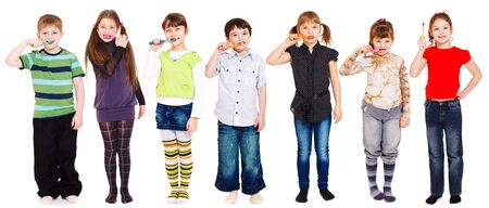 aseo: Varios ni�os limpieza de dientes o sostener el cepillo de dientes en la mano