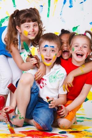 is playful: Niños divirtiéndose con pinturas de risa Foto de archivo