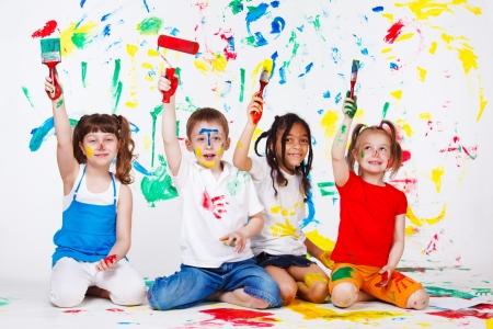 kinder: Cuatro emocionado a amigos preescolares pintura Foto de archivo