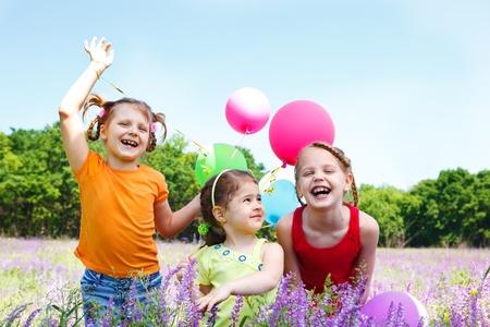 enfants qui rient: Trois filles riant dans le pr�.