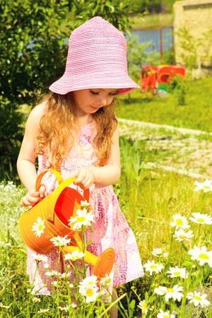 jolie jeune fille: Bel enfant avec l'eau peut