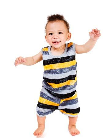 bebe gateando: Alegre beb� toma primeros pasos Foto de archivo