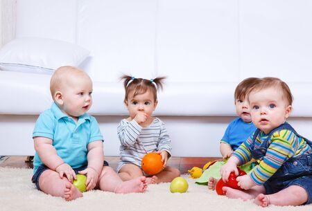 bebe sentado: Grupo de los beb�s fiur amistosos Foto de archivo