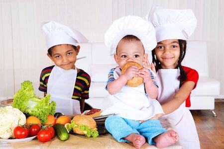 american african: Tre bambini afroamericani cottura