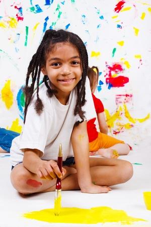 pintura infantil: Estudiante junior afroamericano pintura  Foto de archivo