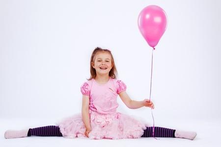 Happy girl tenant ballon rose dans la main Banque d'images
