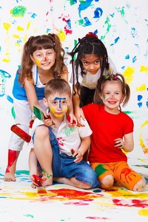 kinder: Actividad de pintura mantener ocupado cuatro ni�os Foto de archivo