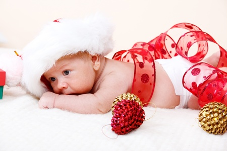 산타 모자: 산타 모자와 함께 사랑스러운 신생아 크리스마스 아기 스톡 사진