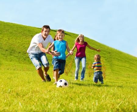 niños jugando en el parque: Feliz vida familiar Foto de archivo