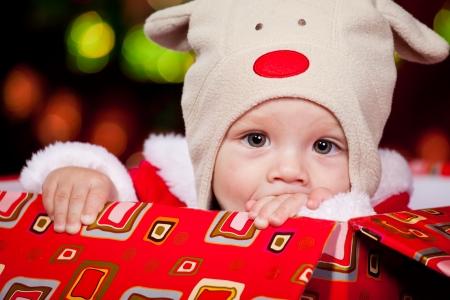 baby kerst: Kerstmis baby in een rode doos aanwezig