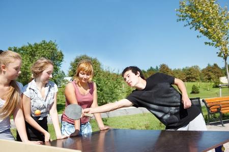 aficionado: Amateur ping pong jugadores se divierten en el parque de la ciudad