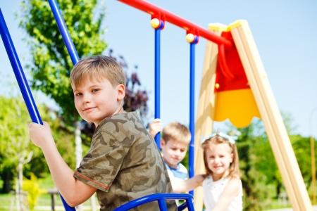 playground children: Los ni�os se divierten en el patio de recreo Foto de archivo