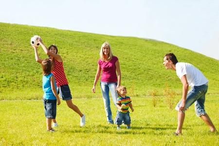 家族のスローとキャッチ ボール