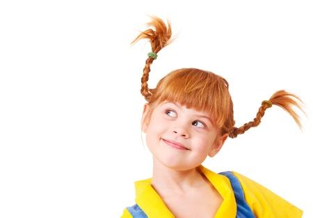 niños en la escuela: Linda chica astuta poco con el pelo trenzado de color rojo
