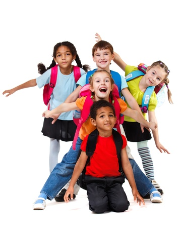 niños jugando en la escuela: Cinco niños que ríen jugando, sobre blanco