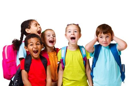 niño con mochila: Grupo de niños en el colorido camisetas gritando, aislados Foto de archivo