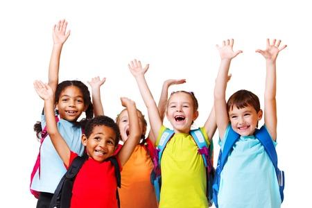 ni�o con mochila: Grupo de amigos emocional con sus manos en alto