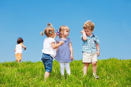 niños jugando en el parque: Grupo de niños pequeños en el exterior