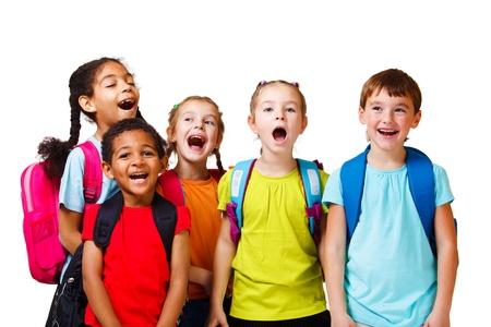 enfants qui rient: Emotional foule enfants, sur fond blanc