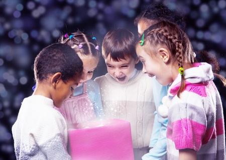 caja navidad: Los ni�os se entusiasmen buscando en brillante caja de Navidad