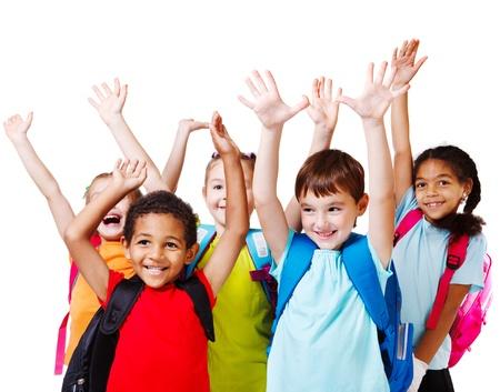 Vijf gelukkige kinderen met hun handen omhoog
