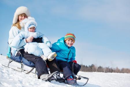 actividades recreativas: Actividades saludables en trineo en la colina de nieve Foto de archivo