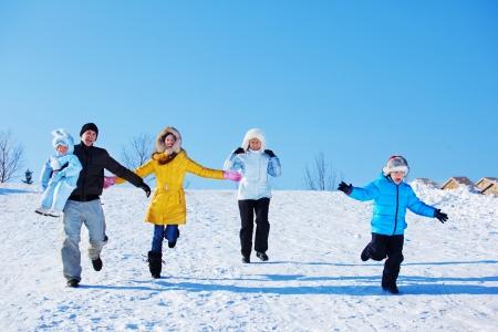 fille hiver: Temps de loisirs d'hiver pour la famille heureuse